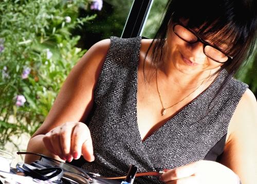 La créatrice de l'atelier de bijoux de golf Missteegreen