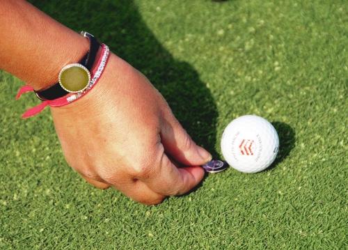 Le bracelet marqueur de balle de l'atelier de bijoux de golf Missteegreen